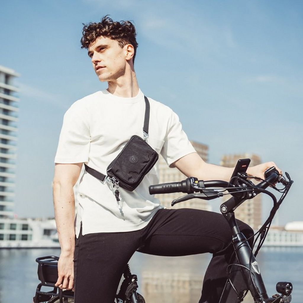 How to wear a messenger bag on a bike.